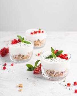 Sobremesa deliciosa com frutas e iogurte