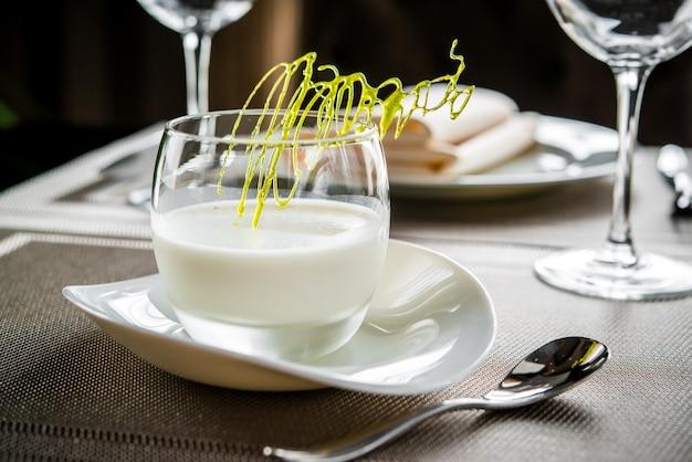Sobremesa deliciosa e bonita em um prato