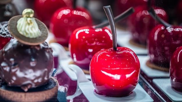 Sobremesa doce coberta de caramelo vermelho