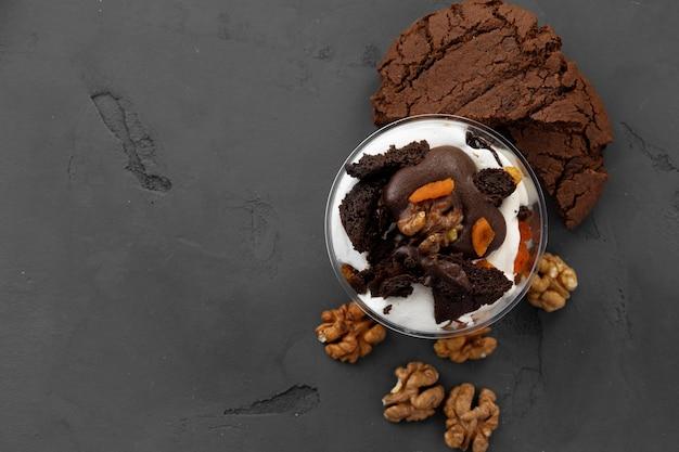 Sobremesa doce com chocolate e nozes, vista de cima