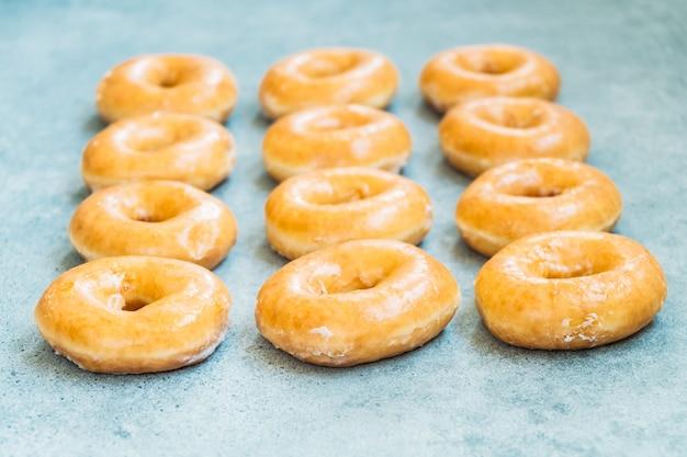 Sobremesa doce com muitos donuts