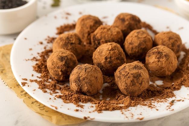 Sobremesa doce com trufas de chocolate veganas saudáveis, doces úteis, close-up