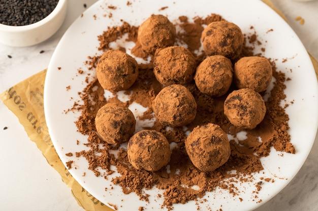 Sobremesa doce com trufas de chocolate veganas saudáveis, doces úteis, vista de cima