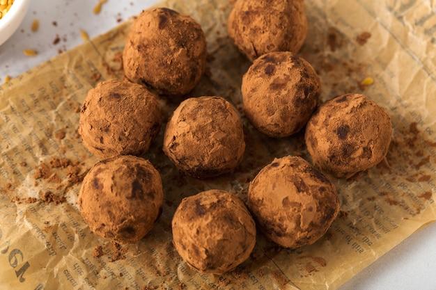 Sobremesa doce com trufas de chocolate veganas saudáveis, doces úteis, vista de cima Foto Premium