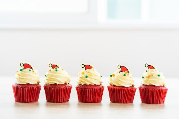 Sobremesa doce com veludo vermelho cupcake