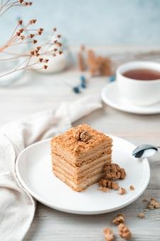 Sobremesa doce de mel com nozes em um fundo claro suave. vista lateral, orientação vertical.