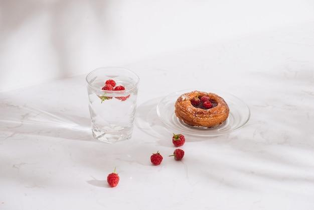Sobremesa doce de verão, folhada caseira com frutas vermelhas, servido com cidra de framboesa fria, framboesas frescas.