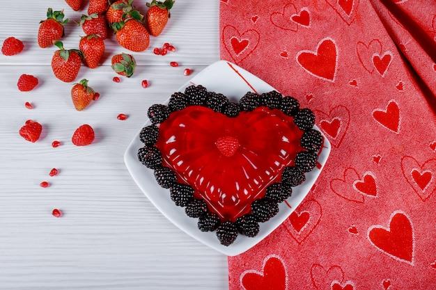 Sobremesa doce dos corações da geleia sob a forma dos corações um prato.