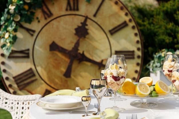 Sobremesa doce em copos grandes na mesa servida para banquete de casamento