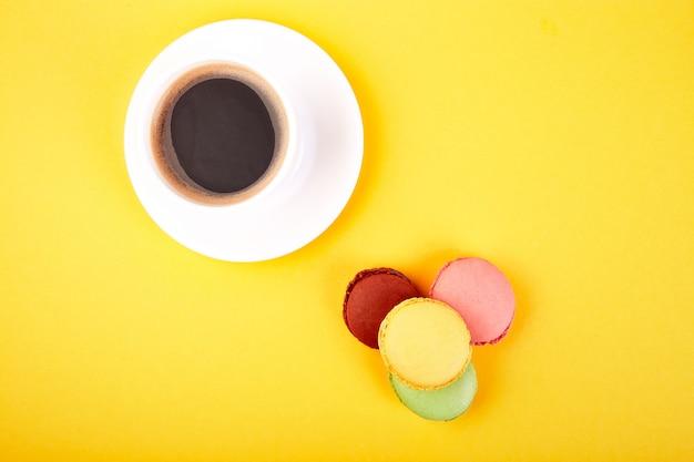 Sobremesa doce macaron ou biscoito com café