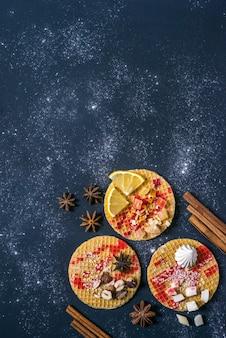 Sobremesa doce no escuro. café da manhã tradicional com gaufre, waffle, bolacha crocante com nozes, frutas e calda.