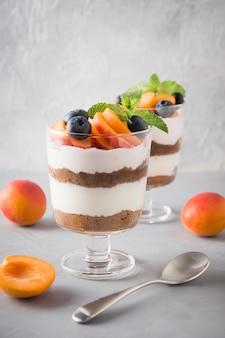 Sobremesa em camadas com frutas frescas