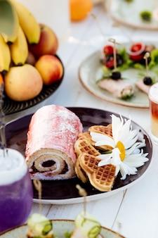 Sobremesa em um prato. rolo e biscoitos. catering de verão