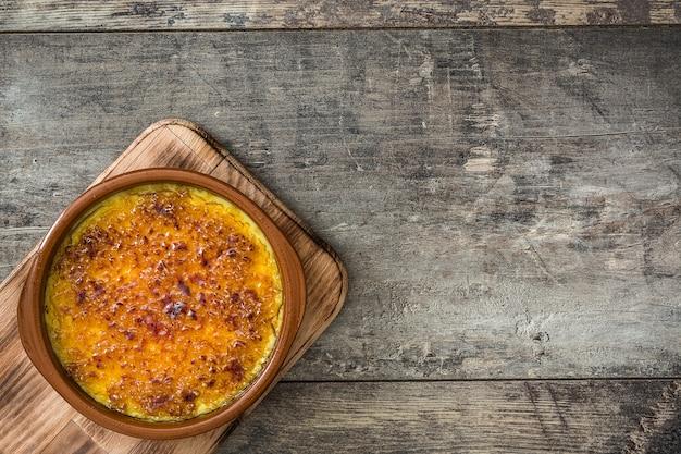 Sobremesa espanhola. crema catalana na mesa de madeira, cópia espaço
