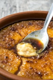 Sobremesa espanhola crema catalana na mesa de madeira