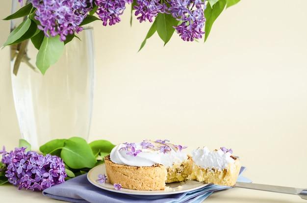 Sobremesa francesa, inteira e fatia, com flores lilás