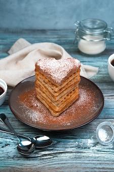 Sobremesa francesa, waffles com baunilha em um fundo cinza de madeira.