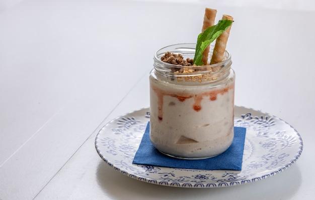Sobremesa gourmet servida em uma jarra de produto.