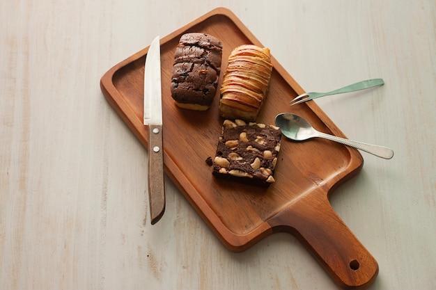 Sobremesa homade cozinhando brownie e pão no prato de madeira