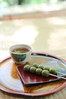 Sobremesa japonesa matcha dango