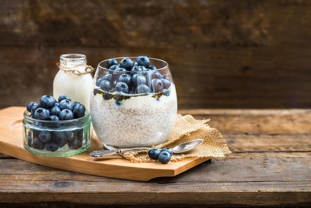 Sobremesa leve e saudável, pudim, de chia seeds em leite de amêndoa