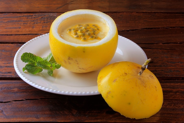 Sobremesa mousse de maracujá na casca da fruta