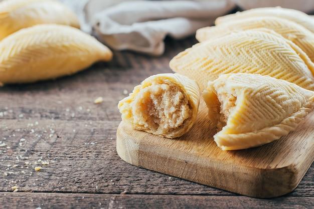 Sobremesa nacional de azerbaijão. sobremesa de pastelaria doce oriental - shekerbura no fundo da mesa de madeira