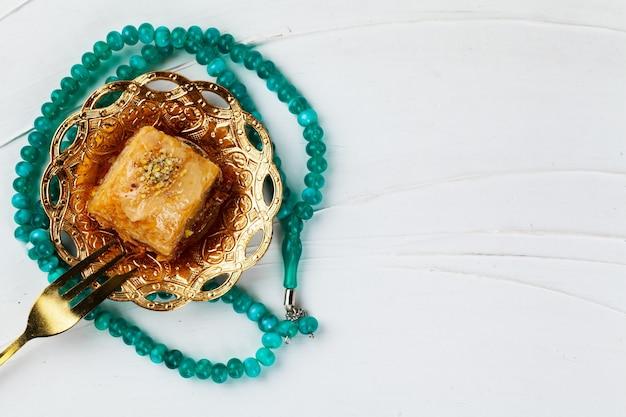 Sobremesa nacional de baklava turca servida com chá, vista de cima