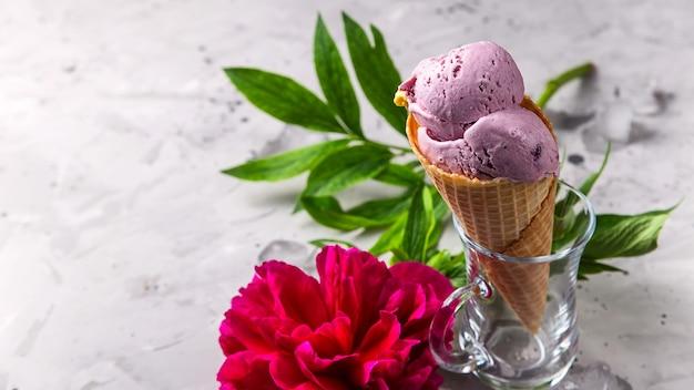 Sobremesa natural brilhante de verão de suas bagas com uma flor