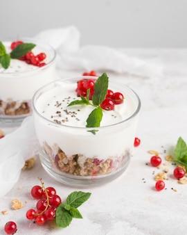 Sobremesa natural saudável em vidro transparente