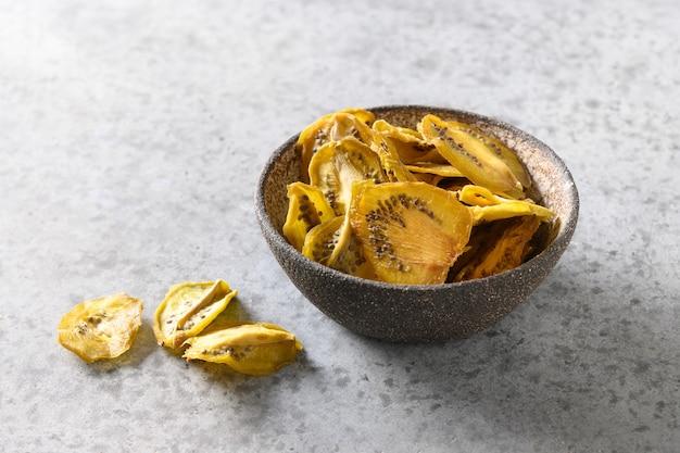 Sobremesa orgânica vegana com chips de kiwi frescos e secos