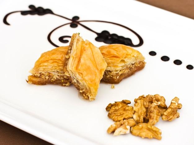 Sobremesa oriental tradicional - baklava com pistaches e nozes.