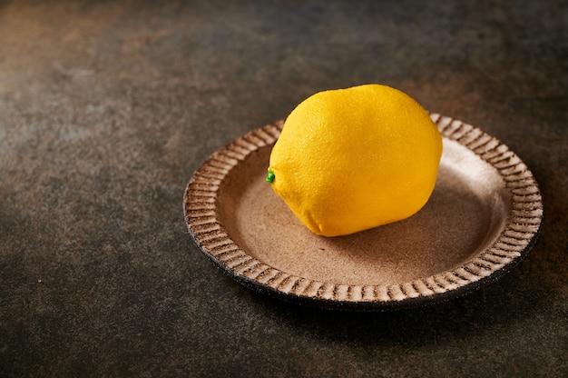 Sobremesa original de frutas de limão segundo a ideia de creme de confeiteiro francês à base de cremoso