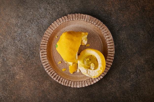 Sobremesa original fruta limão segundo a ideia dos pasteleiros franceses partido ao meio creme