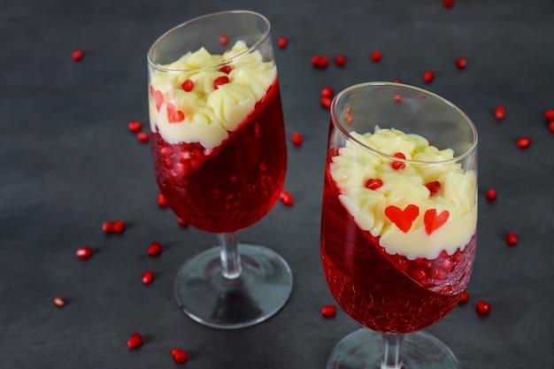 Sobremesa panakota e gelatina vermelha e sementes de romã