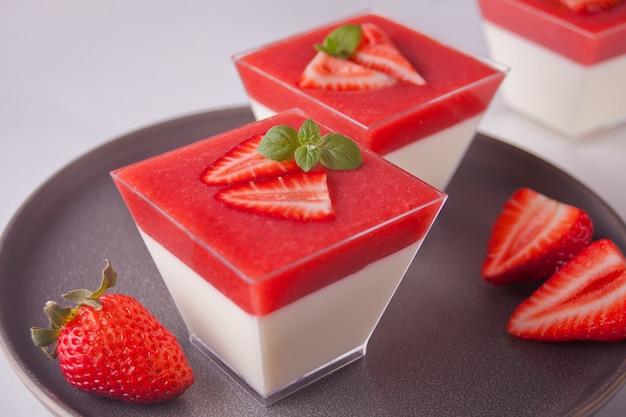 Sobremesa panna cotta com morangos frescos