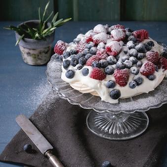 Sobremesa pavlova com frutas frescas