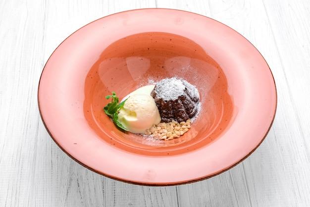 Sobremesa petit gateau, com sorvete de baunilha