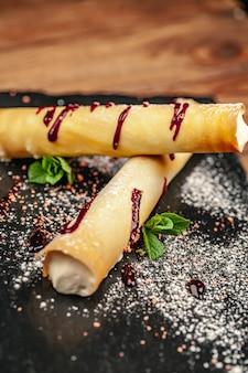 Sobremesa requintada do restaurante. refeições exclusivas e conceito de alta culinária, vista superior