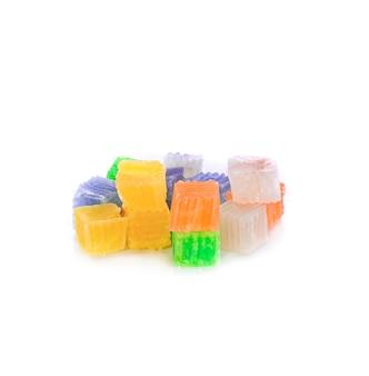 Sobremesa tailandesa, balas doces coloridas isoladas em branco