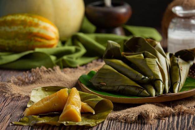 Sobremesa tailandesa. doces de melão cozido no vapor envoltos em casquinha de banana