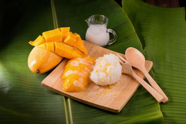 Sobremesa tailandesa por manga doce e arroz pegajoso na folha de bananeira.