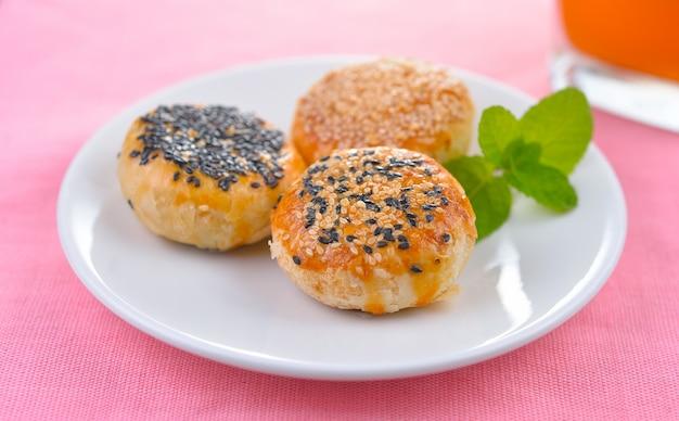Sobremesa tradicional asiática, bolo tailandês ou pastelaria chinesa cheia de feijão