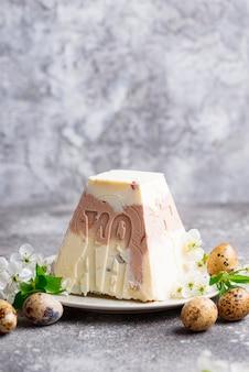 Sobremesa tradicional de queijo cottage de páscoa