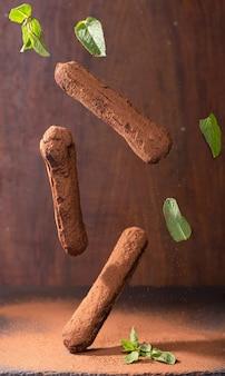 Sobremesa tradicional francesa. eclair com cobertura de chocolate.