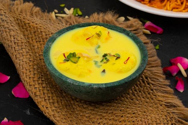 Sobremesa tradicional indiana ras malai