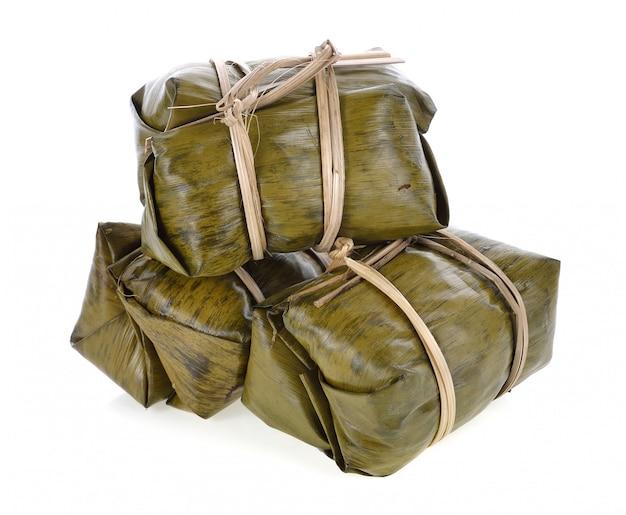 Sobremesa tradicional tailandesa do arroz pegajoso no empacotamento da folha da banana.