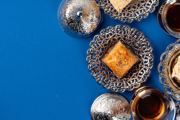 Sobremesa turca em chapa tradicional de metal sobre fundo azul