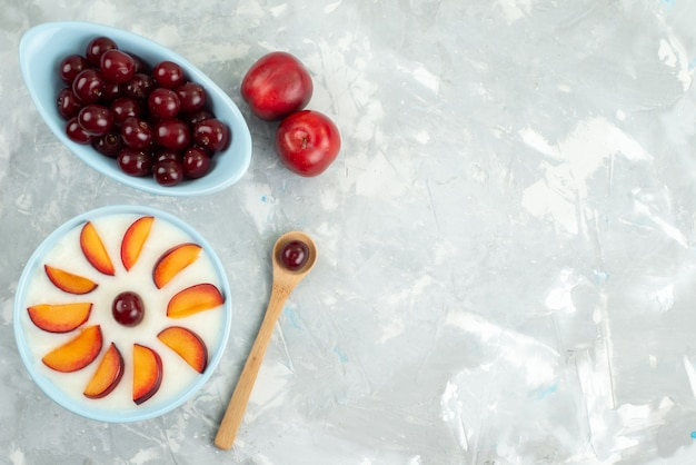 Sobremesa vista superior com frutas fatiadas frutas dentro da placa, juntamente com bolachas doces frutas frescas em cinza