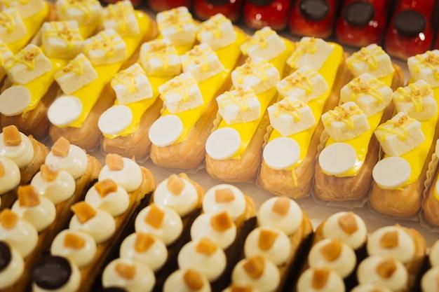 Sobremesas brilhantes. sobremesa fresca com marshmallow de caramelo e pedaços de chocolate por cima